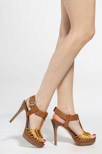 Buty na kobiecych nogach